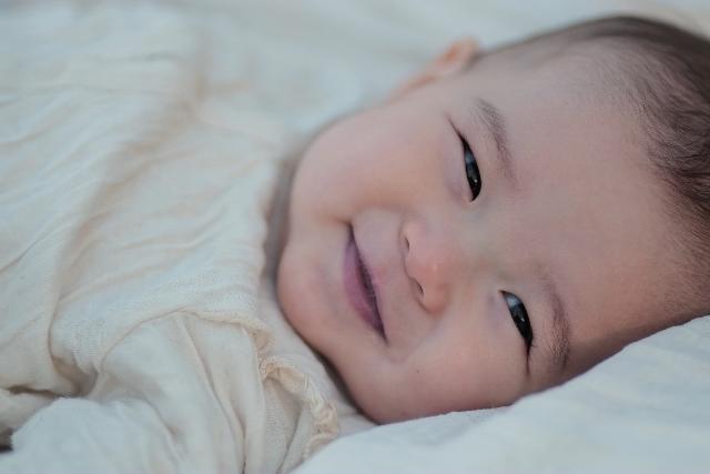 赤ちゃんが鼻水で寝れない場合、口で取る取り方か?それとも吸引器?